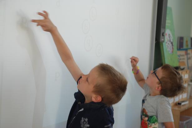 Mange af øvelserne i projektet foregår i simple, digitale dimensioner, enten ved smartboards, på iPads eller i virtual reality. Som her, hvor børnene skal skelne mellem d'er og b'er.
