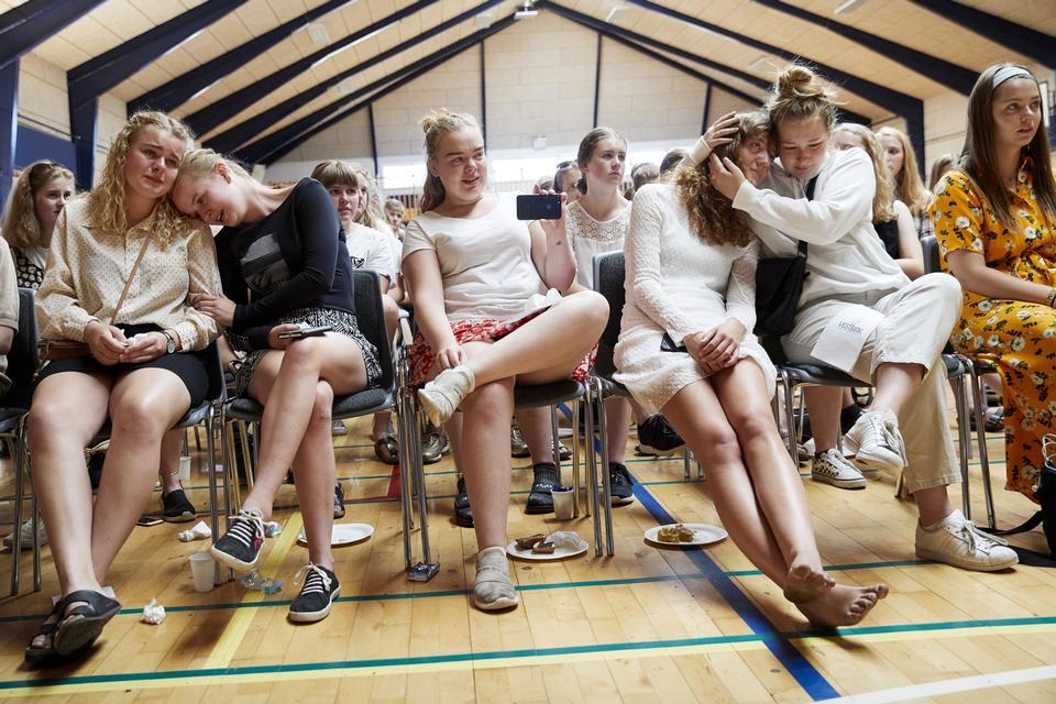 Højlydt hulken fra både drenge og piger fyldte gentagende gange hele gymnastiksalen på Vestbirk Musik- og Sportsefterskole, da elevårgang 17/18 havde aller sidste dag.