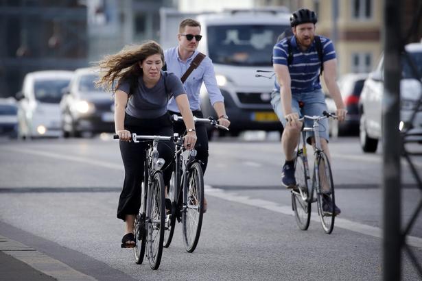 Stormen Johanne ramte København - uden dog at være en storm, men mere en frisk vind... Her cyklister på vej til arbejde på Langebro.