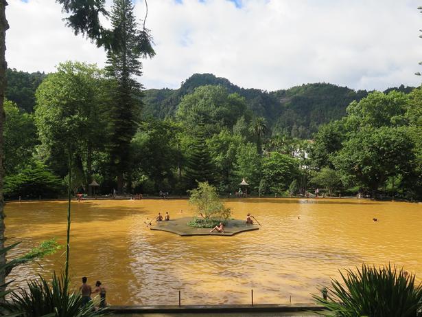 Den jernholdige gule vand efterlader huden bronzefarvet og (måske) 20 år yngre.