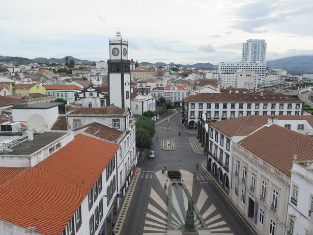 Udsigten fra Ponta Delgadas rådhustårn. I byens hovedkirke, São Sebastian lige fremme, er der messe hver søndag.