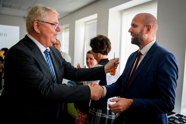 Rødovres borgmester, Erik Nielsen (S), har netop klippet det røde bånd og indviet kommunens nye teknologieksperimentarium for skoleelever. For at skabe mere opmærksomhed om projektet, har han inviteret partikammeraten Gyldal.