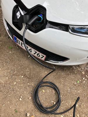 PAUSE. Det er hurtigst at lade bilen op i en ladestander. Bruger man almindeligt strømstik og stikkontakt, tager en nat at lade et lille batteri på 22 kWh halvt op.