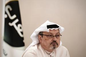 (ARKIV) In this file photo taken on December 15, 2014, general manager of Alarab TV, Jamal Khashoggi, looks on during a press conference in the Bahraini capital Manama. Den savnede saudiarabiske journalist Jamal Khashoggi har været tæt på landets magtfulde kongefamilie i mange år. Nu frygtes han dræbt af det selv samme styre. Det skriver Ritzau, mandag den 15. oktober 2018.. (Foto: MOHAMMED AL-SHAIKH/Ritzau Scanpix)