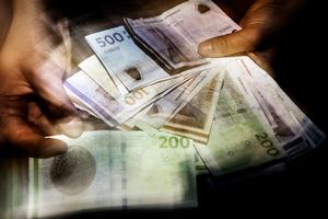 Hånd fuld af danske kontanter, sedler, penge.