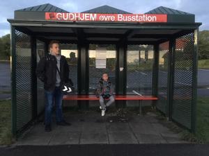 Storebror Nikolaj og Mikkel Jensen er tidligt oppe i Gudhjem for at nå i skole i Aakirkeby 20 km derfra.