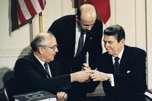 I december 1987 underskrev USA's præsident Ronald Reagan og Sovjetunionens leder Mikhail Gorbachev INF-aftalen i det Hvide Hus. (AP Photo/Bob Daugherty, File)
