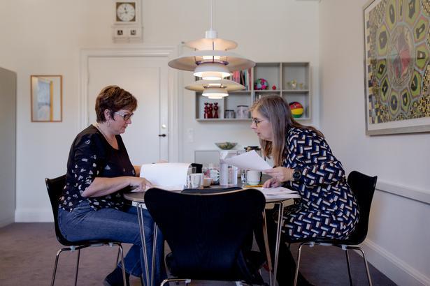 Mette With Hagensen forsøger at overbevise Anni Matthiesen (V) om, at Skole og Forældres forældrerådgivning skal have en større bevilling på finansloven.