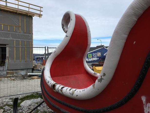 Julemandens kane, som har henslæbt nogle uvirksomme år på en parkeringsplads i Illulissat ved siden af postkassen, skal fikses op og placeres ved lufthavnen i byen, så tilrejsende turister kan se, at det er her, julemanden bor. Foto: Charlotte Branner