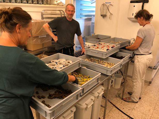 Jette (th) og Claus Hattesen begyndte at fremstille lakridskonfekt i køkkenet og baglokalerne til deres cafe på havnen i Ærøskøbing.  Inden jul flytter fabrikationen over gaden til større lokaler, så virksomheden kan følge med efterspørgslen. Foto: Charlotte Branner