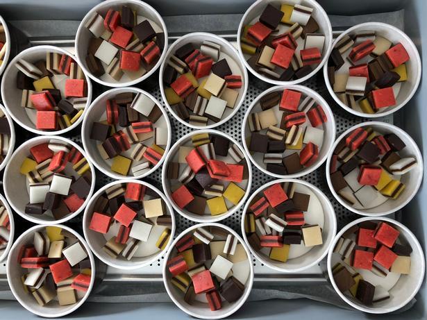 »Flere har sagt, at æskerne ligner tobaksæsker«, fortæller Claus Hattesen, som bestiller de runde æsker hjem fra Frankrig hvor de produceres af genbrugspapir. Foto: Charlotte Branner