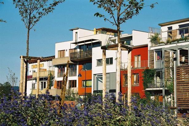 I Tübingen og andre byer i Tyskland er hele byudviklingsområder planlagt med moderne selvbyg-grupper som arbejder sammen med arkitekter og professionelle projektledere.