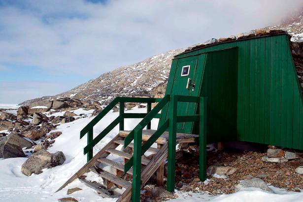 Julemandens hytte ved Uummannaq, hvor Danmarks Radio optog julekalenderen 'Nissebanden i Grønland'. Foto: Ulrik Bang/Ritzau Scanpix