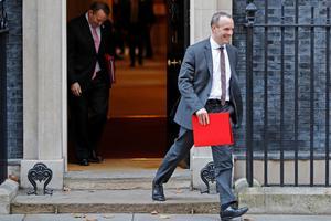 Den britiske minister for brexit, Dominic Raab, forlader Theresa Mays regering.