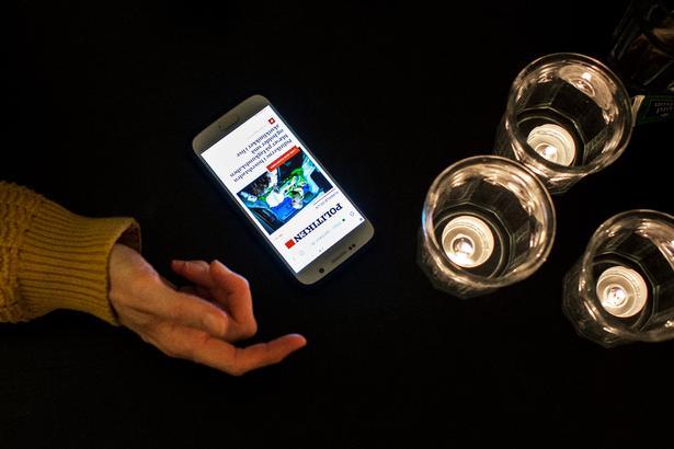 Lisbeth Axelsen læser udelukkende Politiken på sin mobil. Morgen og aften.