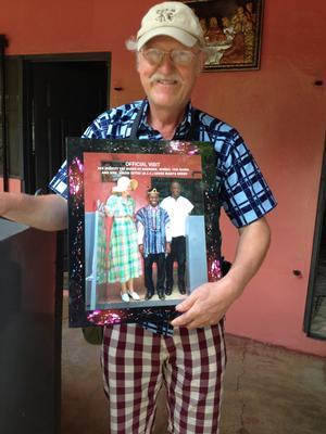På Cedi Beads Industry i Krobo hang et billede af dronning Margrethe og indehaveren Cedi Djaba. Her opdagede Deres udsendte, at dronningen og han deler tøjstil.