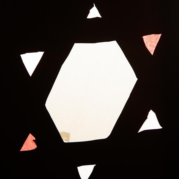 I vinduerne på skolen hænger elevernes pynt til Chanukah.