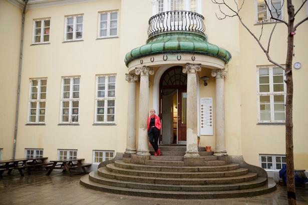 I 2016 flyttede Carolineskolen fra en nedlagt strømpefabrik på Østerbro til det gule palæ i Hellerup, som i 1907 blev opført af Aage Heymann, søn af en af Tuborgs grundlæggere.