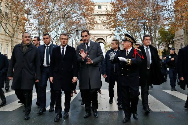 Præsident  Emmanuel Macron er på rundvisning i det hærgede Paris. Demonstranterne kræver hans afgang.