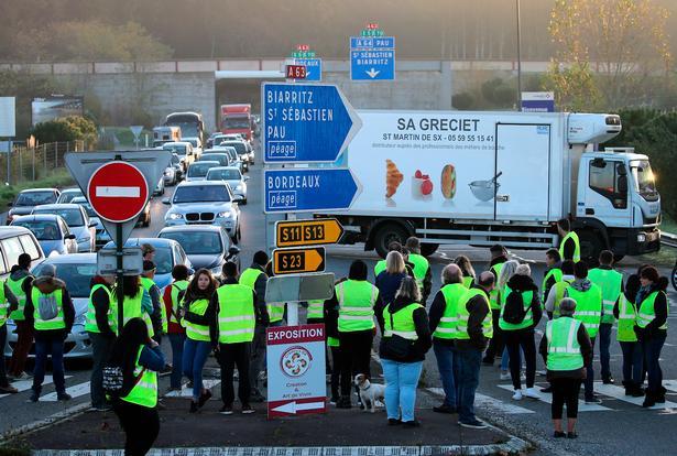De Gule Veste blokerer en indkørsel til en motorvej i Bayonne.