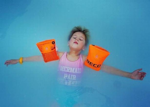 Olivia fejrede sin seksårs fødselsdag forleden med at flyde rundt i snevejr i Den Blå Lagune i Island.