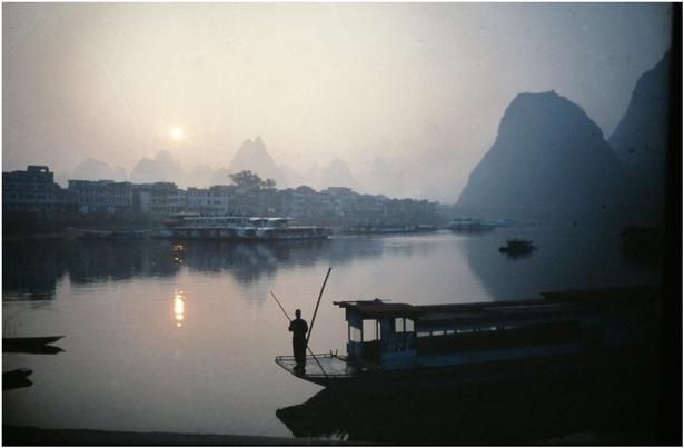 Morgenmotiv fra floden i byen Yangshuo i Kina.