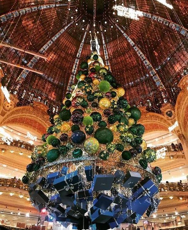 Måske en anelse for meget, men stormagasinet Galeries Lafayette i Paris har tradition for overdådig julepynt.