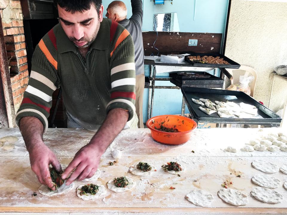 Vi gør stop ved et lille gadekøkken, hvor Hohamd hjælper os med at bestille mad, straks bliver sat i ovnen.