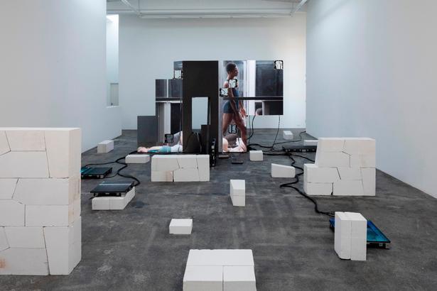 Idéen er, at de hvide betonklodser skal skabe et rum, der på én gang synes at være ved at falde fra hinanden og blive bygget op, men hos Nicolai Wallner ligger cementstykkerne ganske enkelt for pænt placeret til at fremmane den fornemmelse.