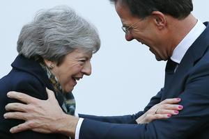 Theresa May er i dag begyndt sin rundtur til de europæiske hovedstæder. Her modtages hun af den hollandske regeringschef, Mark Rutte, i Haag.