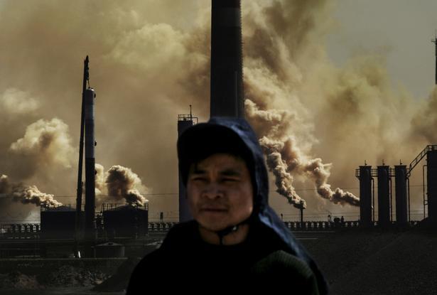 Lu Guang er kendt for i sine billeder at skildre det moderne Kinas udfordringer. Her har han under overskriften 'Udvikling og forurening' taget dette billede for Greenpeace i 2005.