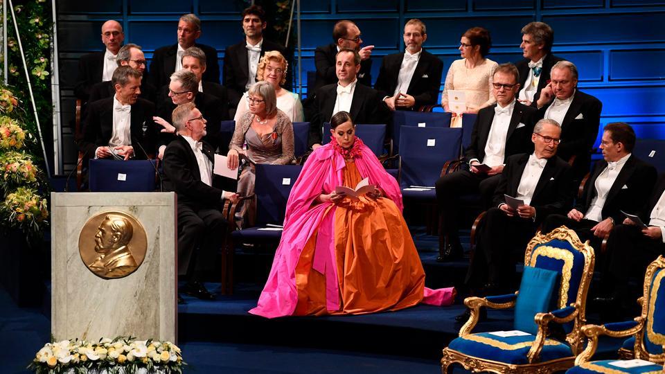 e01473a8 Glem Ghita Nørbys moderkage-kjole fra 2016. Sara Danius' flød over af pink  og orange til Nobelfesten i mandags - politiken.dk