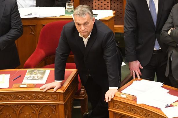 Premierminister Viktor Orbán overværede i går tumultariske scener både inde i nationalforsamlingen og uden for, da de to lov blev stemt igennem.