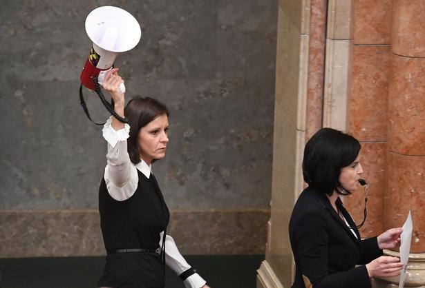 Bernadett Szél fra det grønne oppositionsparti LMP demonstrerede med en høj sirenelyd, da det ungarnske parlament skulle behandle de to kontroversielle lovforslag.
