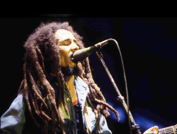 Bob Marley turnerede over det meste af verden og gjorde reggae kendt. Her er han på scenen i Paris i 1980.