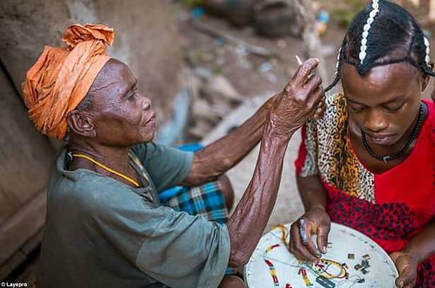 I mange lande holdes workshops, hvor gamle traditioner holdes i hævd som her i Senegal i oktober.