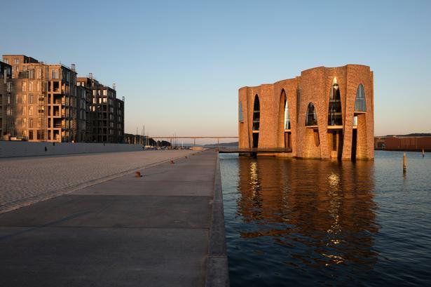 Fjordenhus i Vejle Havn er tegnet af Olafur Eliasson og den tyske arkitekt Sebastian Behmann. Byggeriet startede i 2013, og Jorton var hovedentreprenør. Cowi var rådgivende ingeniør, og Per Aarsleff stod for vandbygning. Finansieret af Kirk Capital.