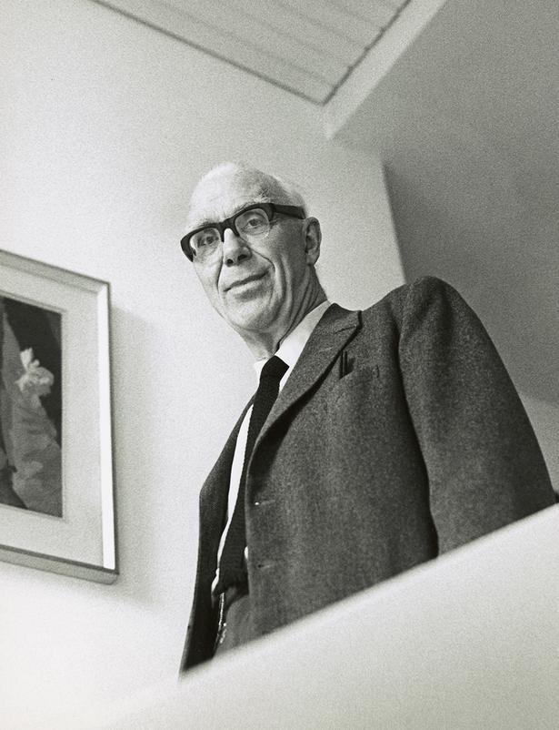 Med spisepinde havde Ove Arup for vane at hapse andres mad, hvis han syntes, den så god ud. Foto: Godfrey Argent, 1969, National Portrait Gallery, London