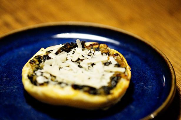 Butterdejstærte med spinat, løg kommen og parmesan til sølle 45 kr. Et kæmpe hurra herfra.