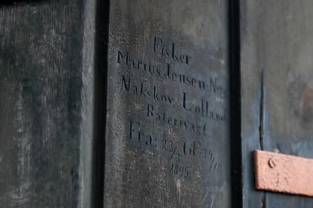 I tårnet på Nyholms Hovedvagt har flådens kadetter gennem to århundreder ridset deres navne ind i træværket.