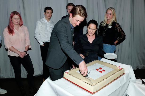 Mikkel Bjarg skærer den traditionelle Årets Fund-kage for under hyldestseancen for et år siden.