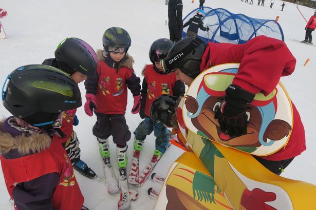 Der bygges en lille fortælling op omkring børnenes skiundervisning - hvor er de små sneorme, som lever i jorden? Dem leder børnene efter, mens de kører ned ad bakken.