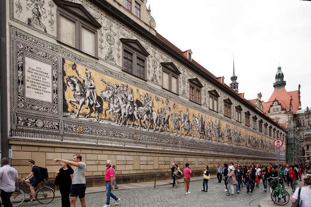 Over 20.000 porcelænskakler danner fyrsteoptoget på 102 meter i Augustusstrasse i Dresden.