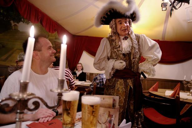 August den Stærke i skikkelse af skuespilleren Klaus-Dietmar Matthes konverserer gæsterne på Sophienkeller iklædt teaterkostume med tricorne og en dragt inspireret af barokken.