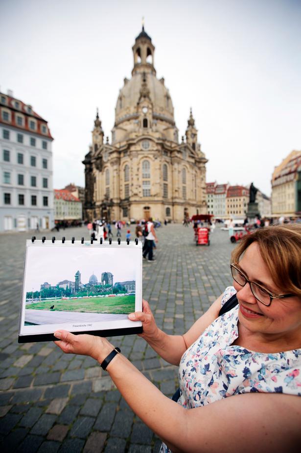Gisela Niggemann-Simon viser på et fotografi, at Frauenkirche, som ses genopført i baggrunden, og det omkringliggende område var en udbombet ruin efter Anden Verdenskrig.