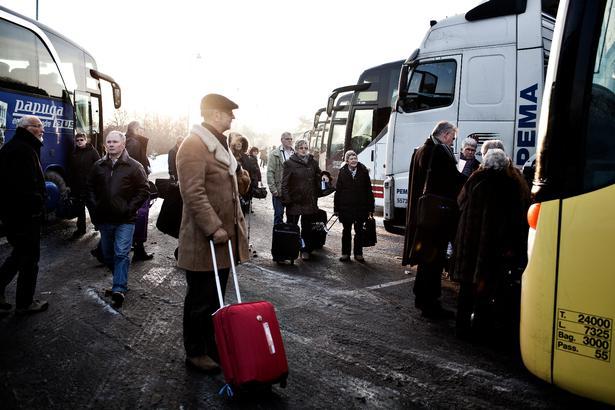 Busarrangørerne har ofte flere opsamlingssteder, hvor de ferierende står på med deres bagage.