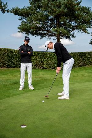 Som amatører har Nicolai Højgaard (sort kasket) og Rasmus Højgaard (hvid kasket) de seneste to år været inviteret til Made in Denmark, men nu handler det som professionelle om at sikre sig retten til at spille på Challenge Touren.
