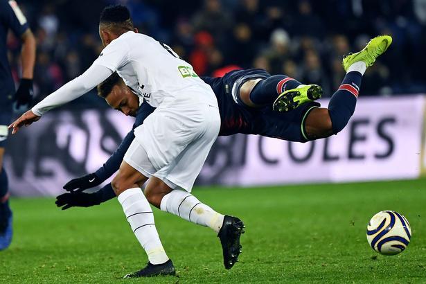 Guingamps Lebogang Phiri (tidligere Brøndby) tackler PSG's brasilianer Neymar under onsdag aftens opgør på Parc des Princes i Paris.
