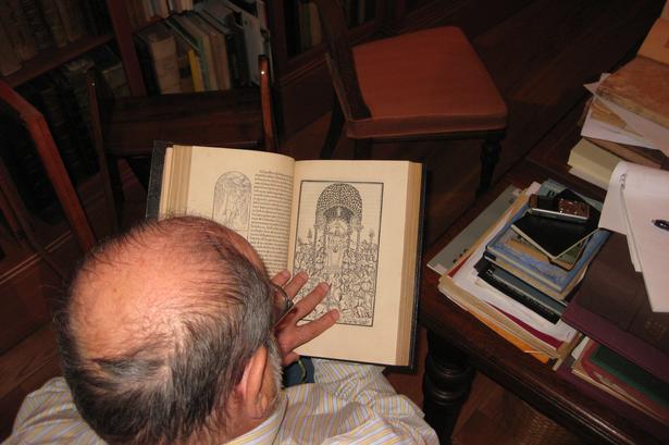 Umberto Eco fremviser 'Hypnerotomachia Poliphili' i sit okkulte bibliotek. Foto: Jes Stein Petersen