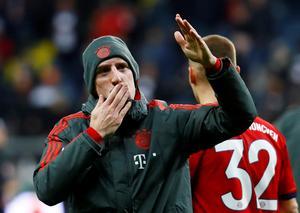 Efter sejren over Eintracht Frankfurt 22. december hilste Franck Ribéry de medrejsende Bayern-fans.